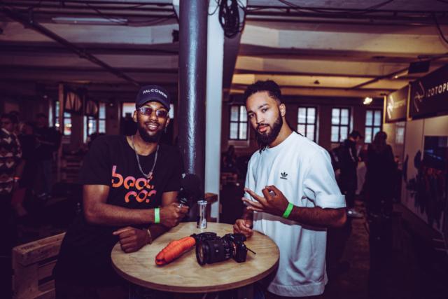 Rasender Hiphop.de Reporter Samuel zusammen mit Jake (beide Hiphop.de/ManeraMedia)